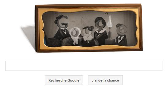 Google rend hommage à Louis Daguerre, un des inventeurs de la photographie en proposant un Doodle le 18 novembre 2011 pour le 224ème anniversaire de sa naissance