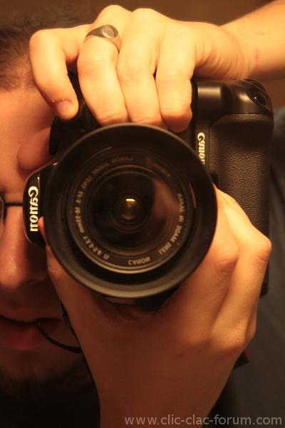Position des mains sans l'utilisation du deuxième déclencheur du Canon Grip BG-E5 sur reflex Canon EOS 450D