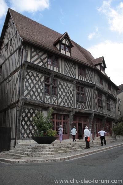 Office du Tourisme de Chartres avec la Maison du Saumon dans le cadre du retour sur l'inauguration de l'exposition Lumières en Fête, les 10 ans de la Fête de la Lumière à Chartres par Chartres Objectif