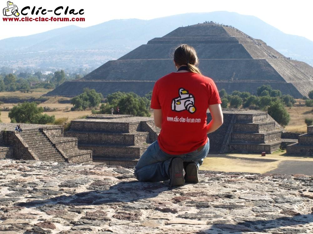 Un cliclacien, Tyma qui fait la promotion du forum de photographie Clic-Clac sur la pyramide de la Lune en regardant la pyramide du Soleil sur le site archéologique de Teotihuacan au Mexique