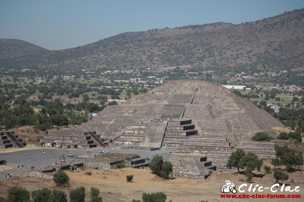 Pyramide de la Lune dans le site archéologique de Teotihuacan au Mexique