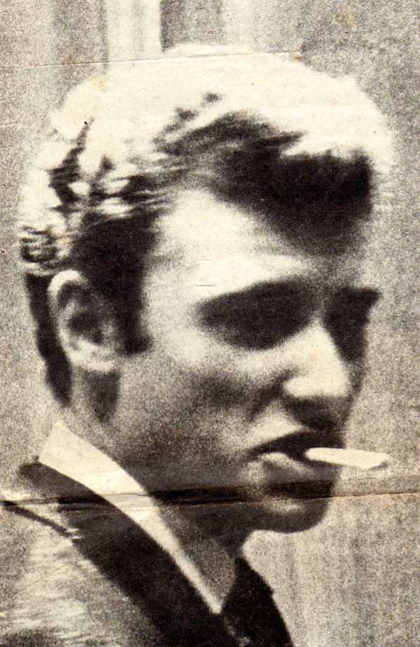 petit gitan fume une cigarette