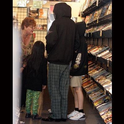 833a64ed5e Michael está vivo: Michael Jackson e seus filhos aparecem de máscara ...