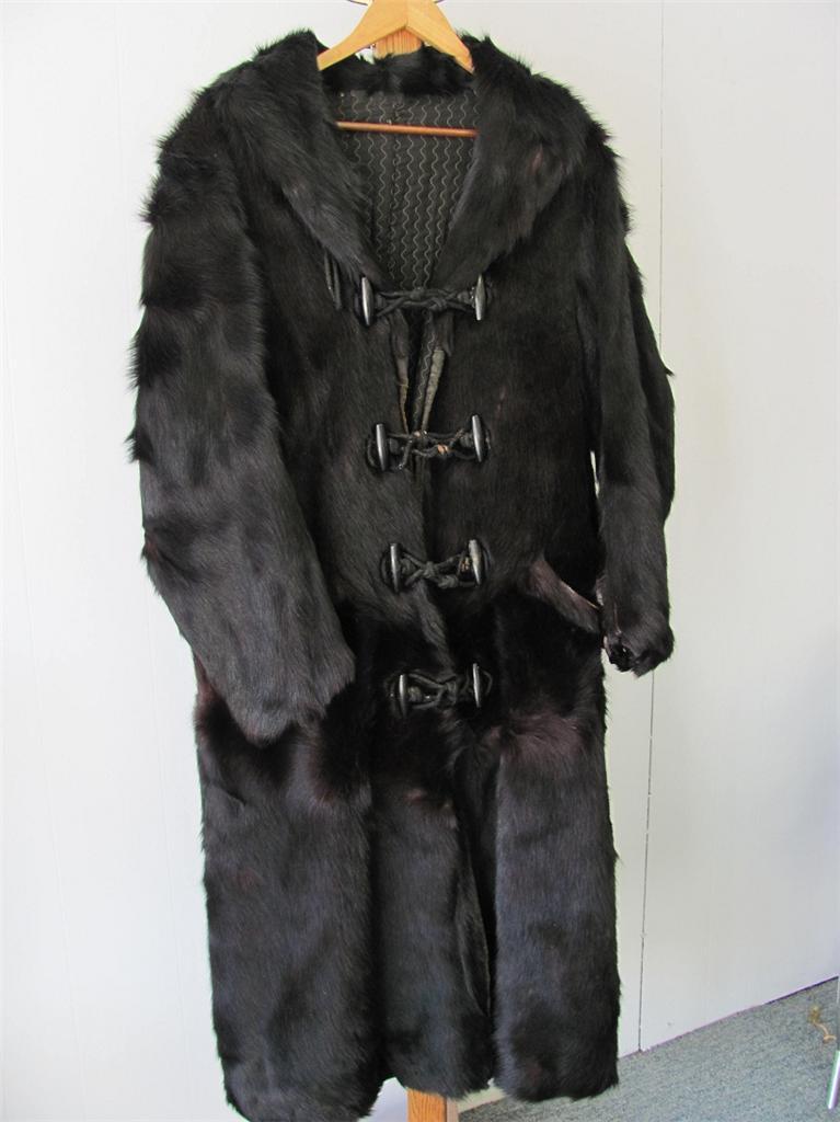 manteau en peau d 39 ours. Black Bedroom Furniture Sets. Home Design Ideas