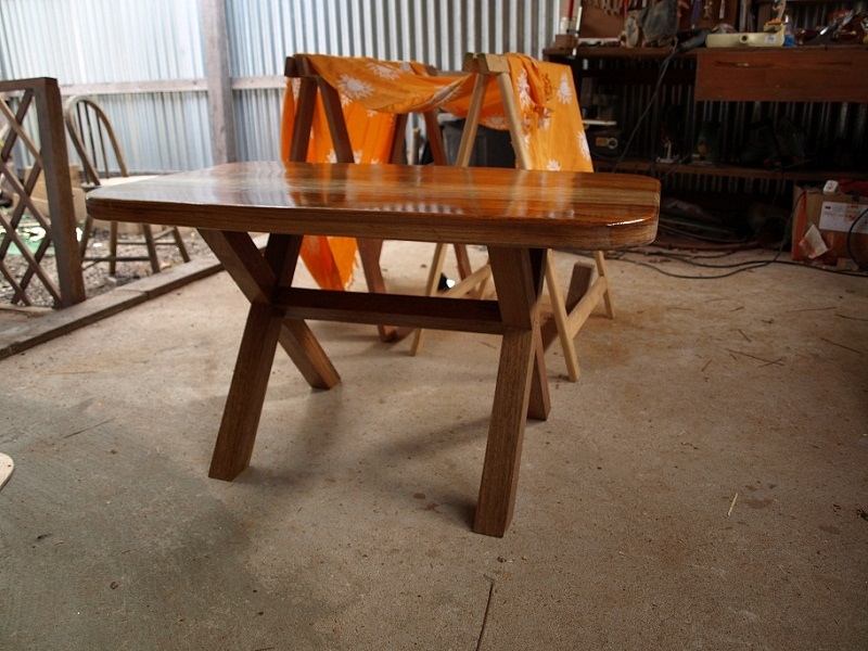 table basse d 39 un d butant en bois exotique. Black Bedroom Furniture Sets. Home Design Ideas